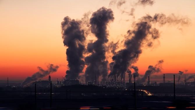 Issu des travaux de la Convention citoyenne pour le climat, le projet de loi portant contre le dérèglement climatique a été définitivement adopté par le parlement le mardi 20 juillet 2021. Cette loi controversée a vocation à ancrer l'écologie dans la société, notamment au sein des services publics, de l'urbanisme, des modes de consommation ou encore du système judiciaire.