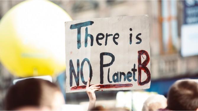 Les enjeux climatiques ne cessent de se multiplier, prenant une ampleur qui nous dépasse. Adopté en 2015, l'objectif de l'Accord de Paris est de renforcer les engagements des pays du monde entier pour répondre à la menace du changement climatique et ce, en limitant l'augmentation de la température mondiale à 1,5 degré Celsius. Les entreprises s'adaptent et, pour les plus déterminées, prennent le sujet à bras-le-corps pour répondre au cri d'alarme lancé.