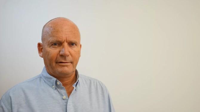 Robin Cornelius est une figure passionnée, atypique. Après avoir lancé une marque de vêtements, le Suisse d'origine suédoise lance en 2014 Product DNA : une entreprise qui accompagne les marques dans une meilleure traçabilité de leurs chaînes de production et des pratiques de leurs prestataires, de l'extraction de la matière première jusqu'au produit fini.