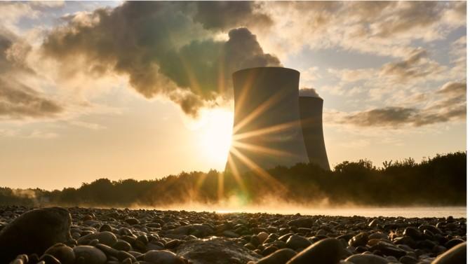 Vacillante après la catastrophe de Fukushima, la flamme du nucléaire reprend ces derniers mois de la vigueur. Résultat du lobbying idéologique d'une industrie en déclin selon les uns, seule énergie capable d'accompagner la sortie du gaz et du pétrole de manière décarbonée pour les autres : le nucléaire revient au cœur des débats. Et les partisans de l'atome semblent avoir pris la main.