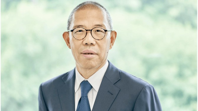 Première fortune chinoise, Zhong Shanshan est le patron à la fois du géant de l'eau en bouteille Nongfu Spring et de l'entreprise pharmaceutique Beijing Wantai Biological Pharmacy qui veut disrupter les vaccins contre la Covid-19. Une réussite flamboyante pour un homme discret qui n'a pas eu peur de dépasser les échecs