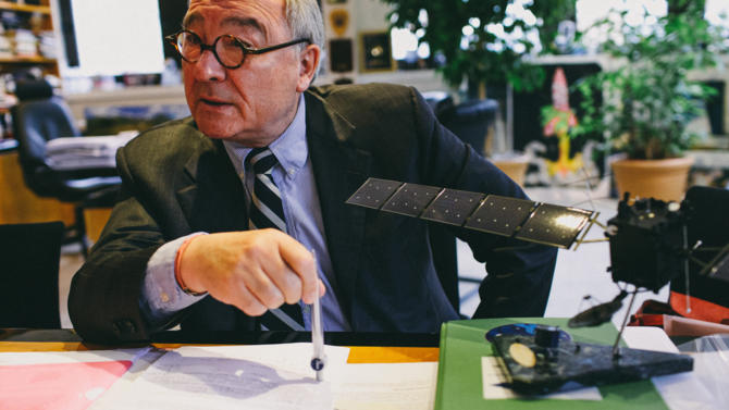 In his office, filled with rocket and satellite miniature models, Jean-Jacques Dordain, managing director of European Space Agency (ESA) focuses on industrial cooperation, Ariane 6, and the upcoming competition from Elon Musk. How do you continue dreaming after successfully landing a satellite on a comet? The head of the European Space Agency still has great projects in mind. Many of which start today.